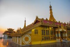 日落 Kyaik Tan Lan 老Moulmein塔 毛淡棉,缅甸 缅甸 免版税库存照片