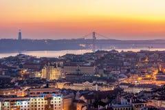 日落从Monte阿古多观点在里斯本,葡萄牙的首都 免版税库存照片