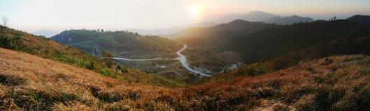 日落atThong Pha Phum国家公园在北碧 免版税库存照片