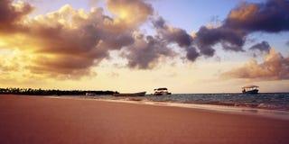 日落chilout海滩 免版税图库摄影