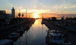 日落e小游艇船坞在维亚雷焦,意大利 库存照片