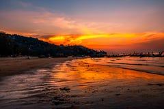 日落Karon海滩,普吉岛,泰国 免版税库存图片