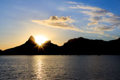 日落Lagoon罗德里戈de弗雷塔斯(Lagoa),在山, R后的太阳 免版税图库摄影