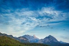 日落Lanscape在山和海运的 图库摄影