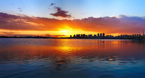日落ming的湖全景  图库摄影