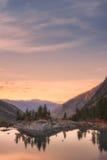 日落Mountain湖用桃红色镇静水,阿尔泰山高地自然秋天风景照片 免版税图库摄影