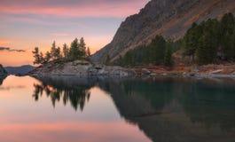 日落Mountain湖用桃红色镇静水,阿尔泰山高地自然秋天风景照片 免版税库存图片