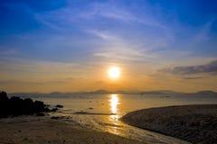 日落Scenary在海的 在日落以后的暮色天空 免版税库存图片