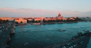 日落St Isaak大教堂鸟瞰图在内娃河的在圣彼得堡,俄罗斯 Vasilievskiy海岛城市从 股票视频