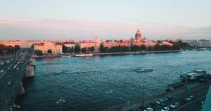 日落St Isaak大教堂鸟瞰图在内娃河的在圣彼得堡,俄罗斯 Vasilievskiy海岛城市从 影视素材