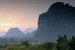 日落Vang Vieng老挝。 免版税库存照片