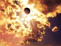 日蚀,面对太阳的月亮 穿过云彩的太阳光芒 上帝的光芒 免版税库存照片
