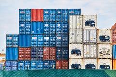 19日行军,2019年-新加坡:出口和进口业的运输货柜 免版税库存照片