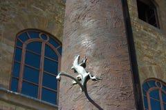 日规的细节有蜥蜴的在伽利略博物馆、学院和科学的历史的博物馆前面, 库存图片