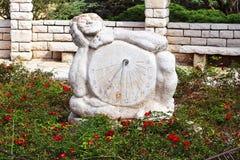 日规雕塑在玫瑰园里,公园拉马特甘Hanadiv,以色列 免版税库存图片