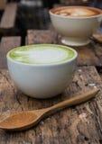 日语喝,拿铁杯绿茶 免版税库存照片