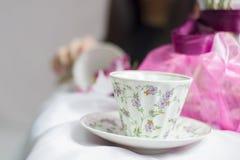 日语女孩喝茶 免版税库存图片