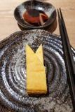 日语有来源的油煎的煎蛋卷服务器 库存图片