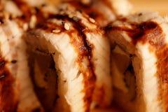 日语滚动用鳗鱼在一个木板条 免版税库存图片