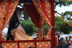 日语从她的在Saigu队伍节日的支架祀奉少女神色在京都 库存照片