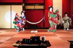 日语Maiko,艺妓在日文Tatami执行跳舞展示 免版税图库摄影