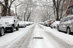 日都市雪的街道 免版税库存图片