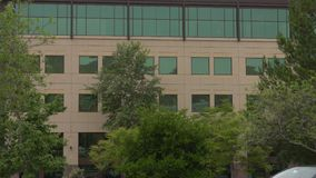 日间关闭的现代办公楼外部 股票录像