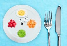 日间吃:煮沸的鸡蛋和莓、鱼和圆滑的人在桌上 苹果新鲜概念的饮食评定在成熟磁带白色的许多 免版税库存照片