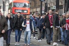 日间科隆爱好者大人群前进了通过伦敦苏豪区然后入他们停止的牛津街 库存图片