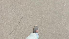日间走在灰色运动鞋的沥青 影视素材