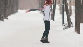 日霜1月天然公园多雪的结构树冬天 有微笑明亮的红色的头发的一名愉快的妇女转动和 股票录像