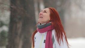 日霜1月天然公园多雪的结构树冬天 有明亮的红色头发身分的一名妇女在边路 与嘴的捉住的雪花 影视素材