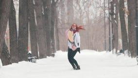日霜1月天然公园多雪的结构树冬天 有明亮的红色头发身分的一名妇女在边路 做活动 股票录像
