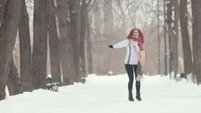 日霜1月天然公园多雪的结构树冬天 有明亮的红色头发身分的一名妇女在边路 做象跳跃的活动 影视素材