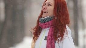 日霜1月天然公园多雪的结构树冬天 有明亮的红色头发身分的一名妇女在边路 挥动她的头发和捉住与嘴的雪花 股票录像