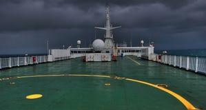 日风雨如磐甲板的船 库存图片