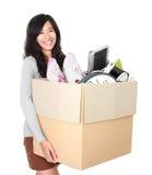 日移动 有她的材料的妇女在纸板箱里面 免版税库存照片