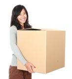 日移动 有她的材料的妇女在纸板箱里面 免版税图库摄影