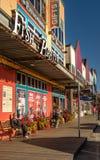 9? 17日2018年- Ketchikan,AK:商店和木板走道,云杉的磨房方式,在关闭时间附近 免版税库存图片