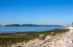 25日4月在塔霍河的吊桥在里斯本,葡萄牙 免版税库存照片