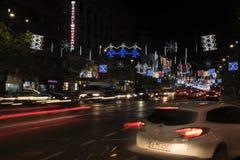 12日DEC 2017年,大道Nicolae Balcescuin,布加勒斯特,罗马尼亚首都 与传统轻拍的美丽的圣诞节装饰 库存照片