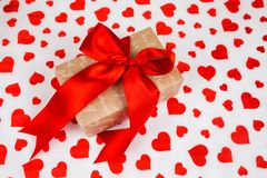 日s华伦泰 提出作为在白皮书的一条红色丝带与红色心脏 免版税库存图片