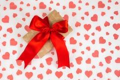日s华伦泰 提出作为在白皮书的一条红色丝带与红色心脏 库存照片
