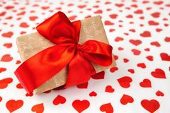 日s华伦泰 提出作为在白皮书的一条红色丝带与红色心脏 库存图片