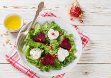 日s华伦泰 新鲜的沙拉用山羊乳干酪、烤甜菜和莴苣 免版税库存照片