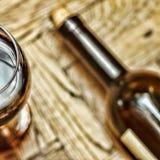 日s华伦泰 日期 言情 喝酒在玻璃和瓶在木背景的酒 库存照片
