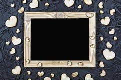日s华伦泰 明信片的布局 木制框架空白和心脏在黑石背景 免版税图库摄影