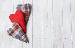 日s华伦泰 木浅兰的背景 手工制造纺织品心脏 在笼子和红色的心脏 免版税库存照片