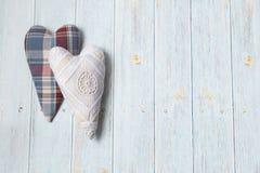 日s华伦泰 木浅兰的背景 手工制造纺织品心脏 心脏葡萄酒从织品和到笼子里 平的垫圈 免版税库存照片