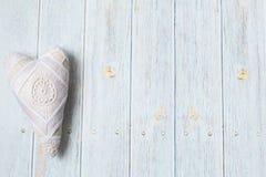 日s华伦泰 木浅兰的背景 手工制造纺织品心脏 葡萄酒织品心脏 平的垫圈 库存照片